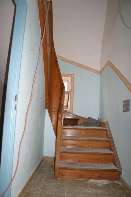 Vorher Bild des Treppenaufgangs- Wand wurde auf Hüfthöhe gebracht