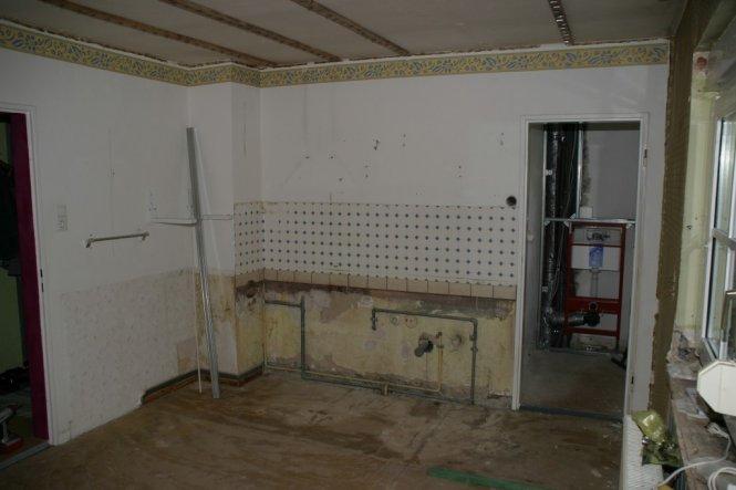vorher-hier die schon zum grossen Teil rückgebaute ehemalige Küche mit Speisekammer- bald das Familienbad- freu