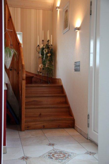 Treppenaufgang- rechts die Haustür