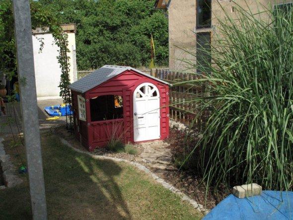 das Kinderhaus und der Sandkasten hinter dem Haus