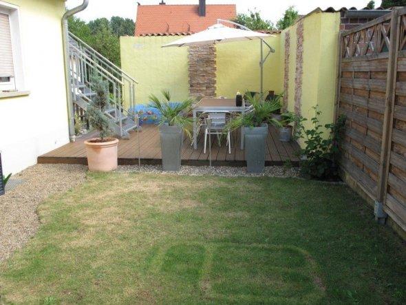 Blick vom Vorgarten auf die Terrasse- leider hat der Rasen gelitten