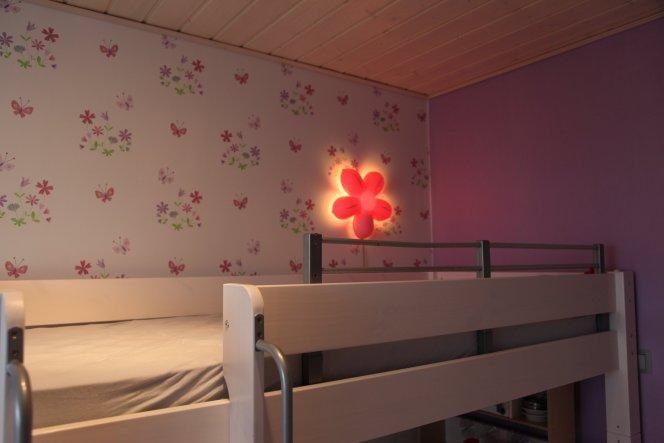 das neue Bett mit der gewünschten Tapete :-)