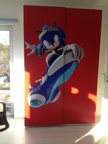 Neuer Kleiderschrank von Ikea verziert mit Großformat-Druck von Sonic