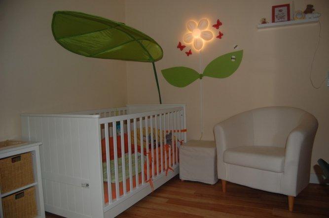 """weißes Bett mit grünem Himmelblatt und weißer Sessel zum """"Geschichtenvorlen"""""""