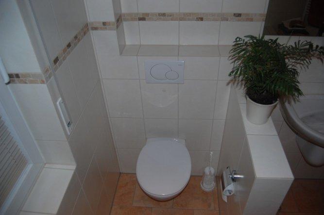 Loch hinter der Toilette