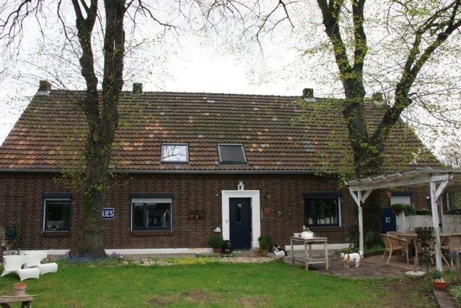 Das Haus ist 100 Jahre alt - Der Keller ca. 300 Jahre. Bewacht wird unser Zuhause von zwei mächtigen Lindenbäumen.
