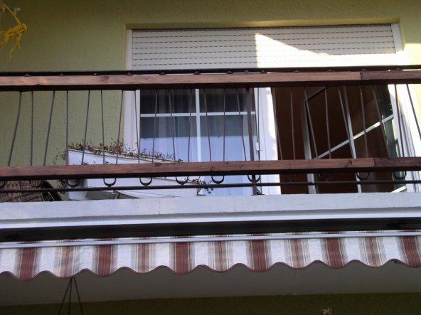verschönerung des balkons, vorher war nur ein Metallgeländer dran, wir haben Balken angebracht und mit den gleichen Brettern besetzt wie unten auf der
