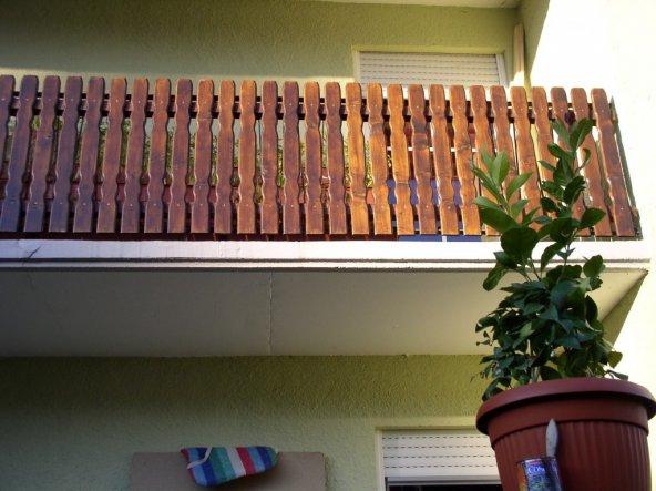 so mit bretter (jetzt ist noch eine balkonkastenrinne mit blende vorn drauf, wenn ich mal zeit hab , mach ich ein Bild nach)