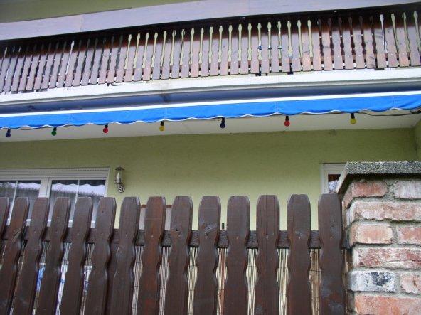 unser Balkon mit Kastenverkleidung vor der nächsten Saison, dieses Jahr haben wir eine 7,5 Meter lange Markise (war mal 8,5m) bekommen und nach Umbau,