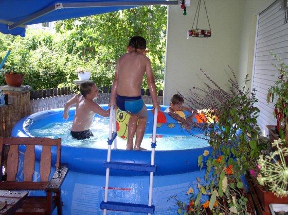 im Sommer schrumpft die Terasse dann immer emens ein für den Pool, aber man sieht ja den Spaß den sie haben ;o), rechts leider nicht am Bild sind imme