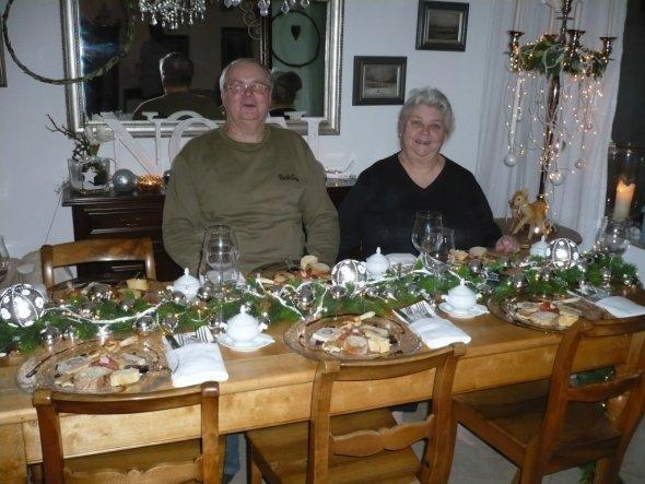 Meine Eltern beim Weihnachtsessen wer da wohl mehr grinst wie ein HONIGKUCHENPFERD