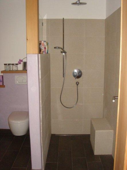 dusche ist mit ablaufrinne ausgestattet und sitzhocker