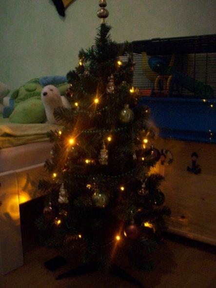 kleiner 90cm Weihnachtsbaum,im Zimmer meines Jüngsten, ist in grün und braun gehalten, hat eine Lokomotive,einen Weihnachtsmann, einen Schneema