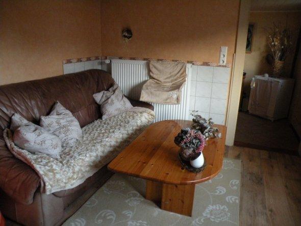 das ist mein kleines wohnzimmer, dort wo die fliesen sind stand vorher der holzofen, der musste leider weichen!!
