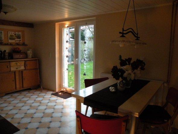 die küche, die decke konnte man leider nicht mehr retten da die balken kaputt waren! die schöne tür war damals auch noch nicht da, war also mal sehr d