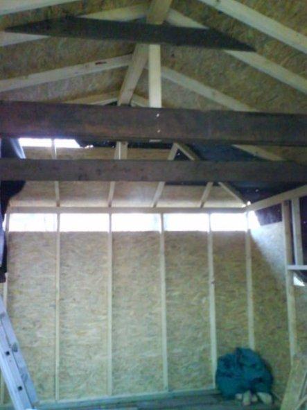 mittlerweile sind auch schon die Fenster drin,das Dach ist drauf u.alles ist dicht.
