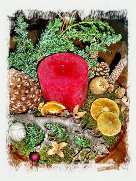 mit Pinienzapfen dekoriert