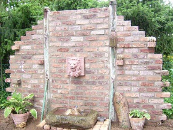 die Mauer haben wir aus Klinkersteinen gebaut. Vor die Mauer kommt noch ein Teich