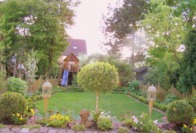Blick von der Terrasse im Garten