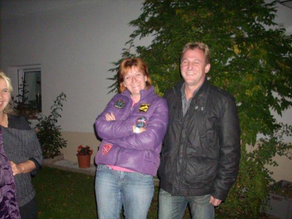 Eltern vor dem Halloweenkeller