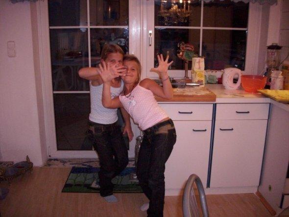 Lisa und Laura  großartige Keksback- gehilfen.   Das sind meine  Enkelkinder - Zwillinge