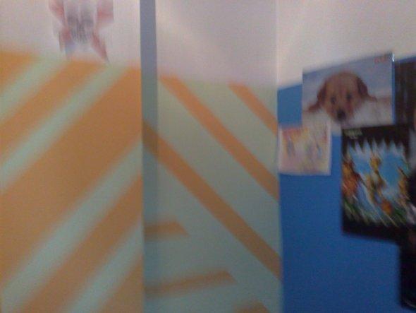 die blaue wand ist seine Posterwand