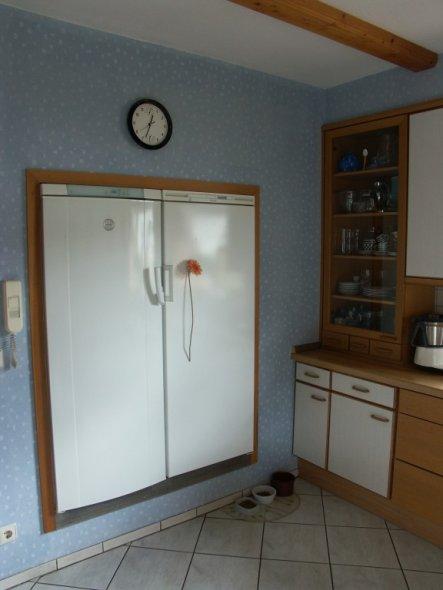Ganz Praktisch, und nur möglich, da hinter der Wand ein Vorratsraum ist !! Kühl- und Gefrierschrank superbequem zu erreichen.