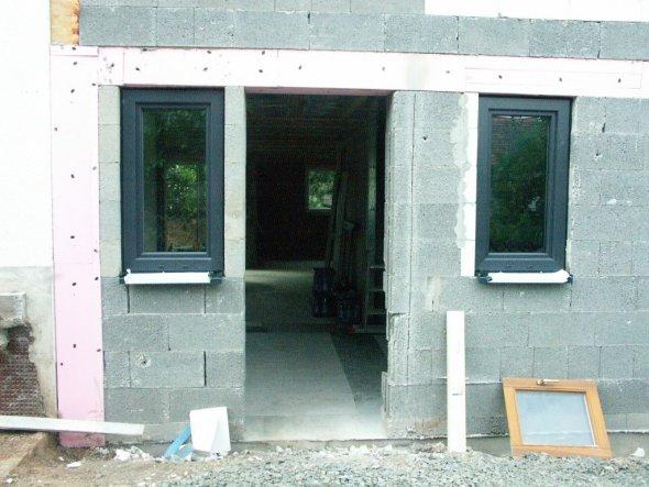 26.08.2010 Eingangsbereich mit Fenstern, Tür kommt noch...