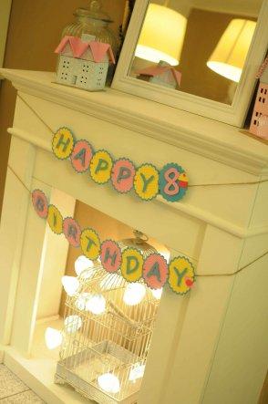 Dekoration am Kamin zum Geburtstag