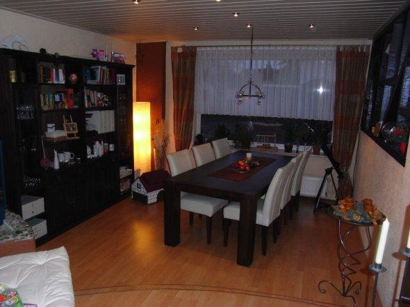 Dieses Bild ist für naba: Das ist unser Esszimmer im alten Haus. Die Möbel ziehen natürlich mit um - wenn es doch bald schon so weit wäre *seufz*