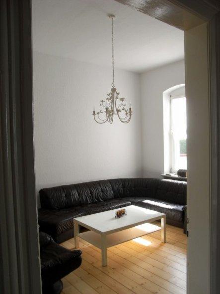 Das Sofa, der Tisch und die Lampe sind da. Aber irgendwie passt es nicht so ganz. Das Wozi soll klar eingerichtet werden. Es kommt noch ein TV-Tisch w