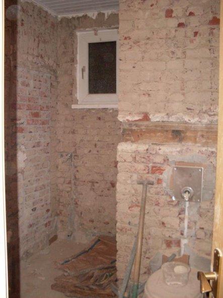 Hier sieht man von der Tür aus in den Raum. Die Toilette soll wieder an die gleiche stelle... In die Niesche vor dem Fenster soll die Dusche hi