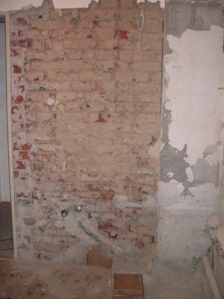 Hier sieht man von der Niesche aus auf die Wand zur Tür. Die Tür sieht man ganz links. Auf diese Wand soll das Waschbecken hin. Rechts in die Ecke hät