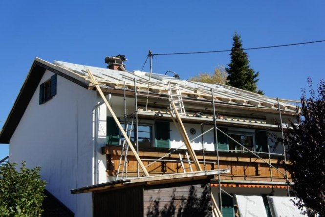 Wir haben den 2. Kamin herausgebrochen und das Dach erneuert.