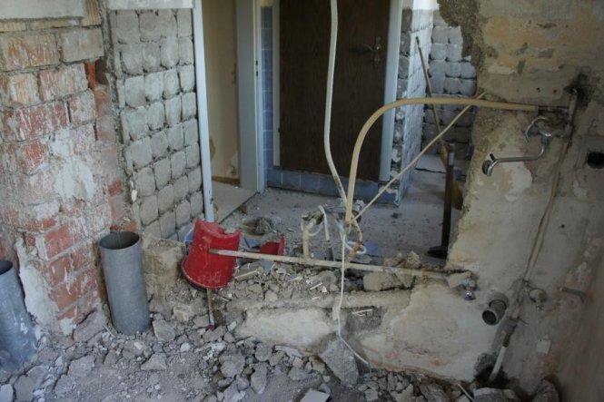 Die Wand zum Nachbarzimmer wurde herausgebrochen, um noch ca. 1m an der Breite des Badezimmers zu gewinnen.