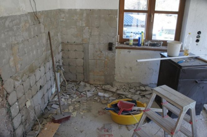 Hier gibt es noch jede Menge zu tun. Der Estrich wird entfernt und eine Fußbodenheizung installiert.