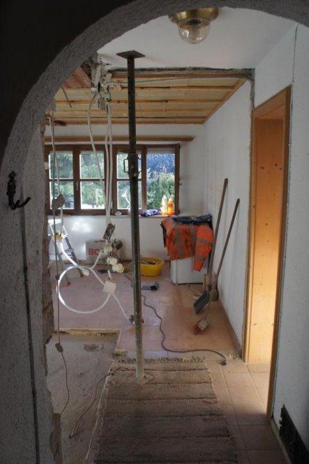 Der Bogen wurde mittlerweile auch entfernt. Hier kommt eine Glastüre mit Oberlicht hin.