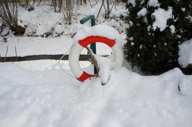 Wir wohnen zwar in Bayern und nicht an der See, dennoch finde ich diesen Rettungsring im Garten wunderschön. Dahinter läuft ein Bach, der jetzt bis au