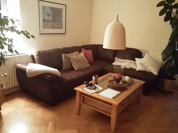 Brauche Tipps zur Gestaltung. Welche Ideen habt Ihr fuer unser Wohnzimmer. Wandzimmerfarbe? Kissen?  Bilderrahmenfarbe weiss oder Holz? Oben eine Stuc