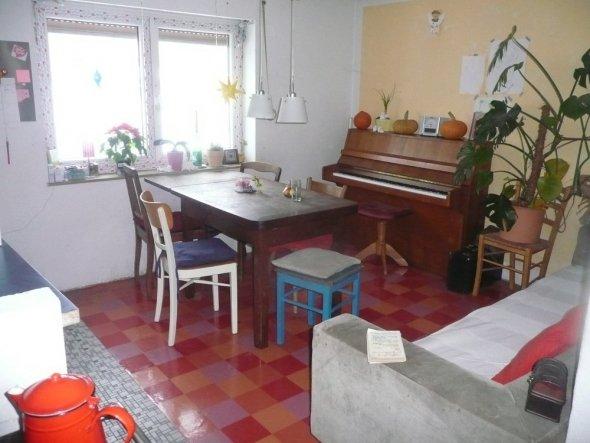 wir haben s gern gemütlich, deshalb auch das Sofa...und für s Klavier gab s im Haus keinen anderen Platz ;-)