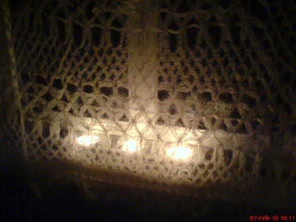alte Häkeldecke vorm Milchglasfenster