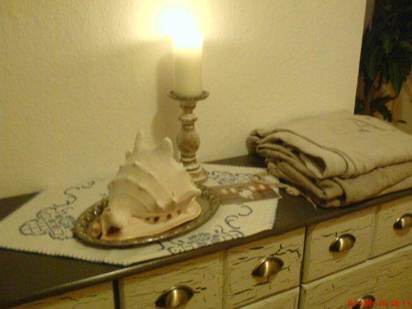 Silbertablett und Stickdecke von Oma, alte Leinensäcke vom Flohmarkt und Kerzenleuchter aus Holz