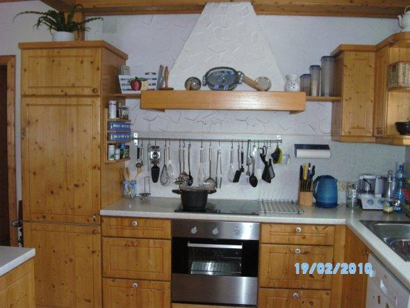 Tja, da ist sie noch blau-weiss meine inzwischen 16 Jahre alte Küche. Inzwischen hab ich sie aber mit ein bisschen Farbe und etwas anderer Deko aufgef