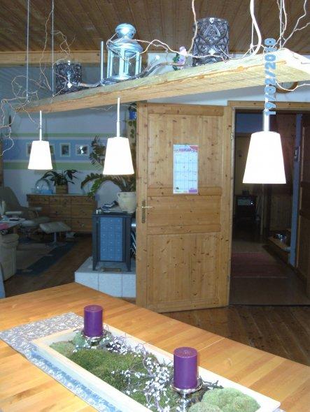 Hier seht ihr meine Lampe Marke Eigenbau. Ein Brett von einem wurmzerfressenen Dachstuhl, aufgehängt an dünnen Stahlseilen und daran befestigt Milchgl