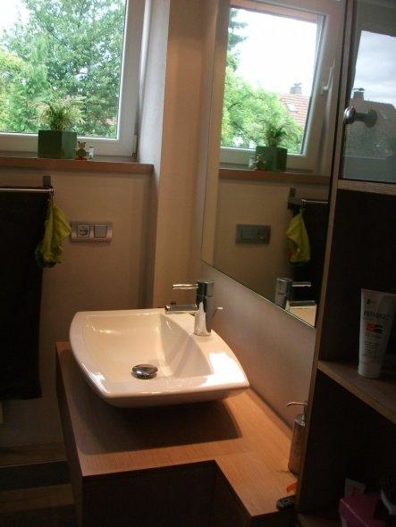Den Waschtisch und das seitliche Regal mußten wir uns vom Tischler unseres Vertrauens maßfertigen lassen, da bei einem so kleinen Raum alles andere ni