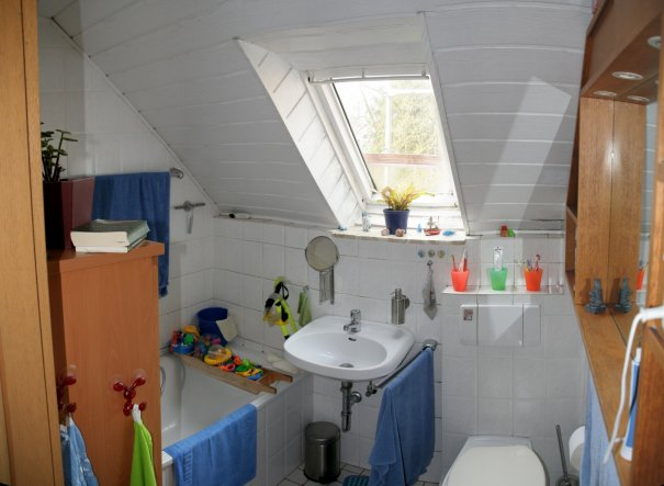 Unser Badezimmer vorher. Mit Dachschräge und schon etwas älter.