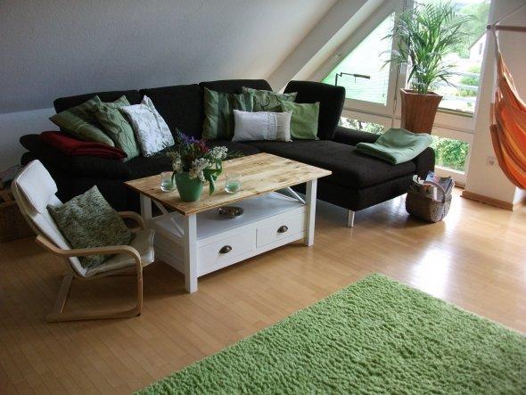 Endlich konnten wir uns auf ein neues Sofa einigen. Den Tisch habe ich bei ebay Kleinanzeigen besorgt. Allerdings war er dunkelbraun lackiert. Ich hab