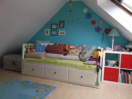 Mittlerweile hat sich die Wandfarbe hinter Emmis Bett verändert.   Außerdem ist die große Rattantruhe dazugekommen, in der die gesammelt