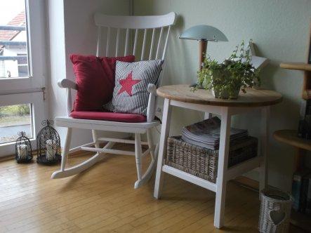 Meine Leseecke vorm Fenster. Der Schaukelstuhl und das Tischchen sind gebraucht gekauft und von mir bearbeitet worden. Durch Zufall habe ich einen gen