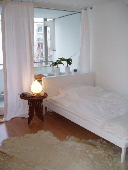 Ikea-Fjellse, weiß lackiert, mit selbstgebasteltem Betthaupt und Tischchen von ebay.